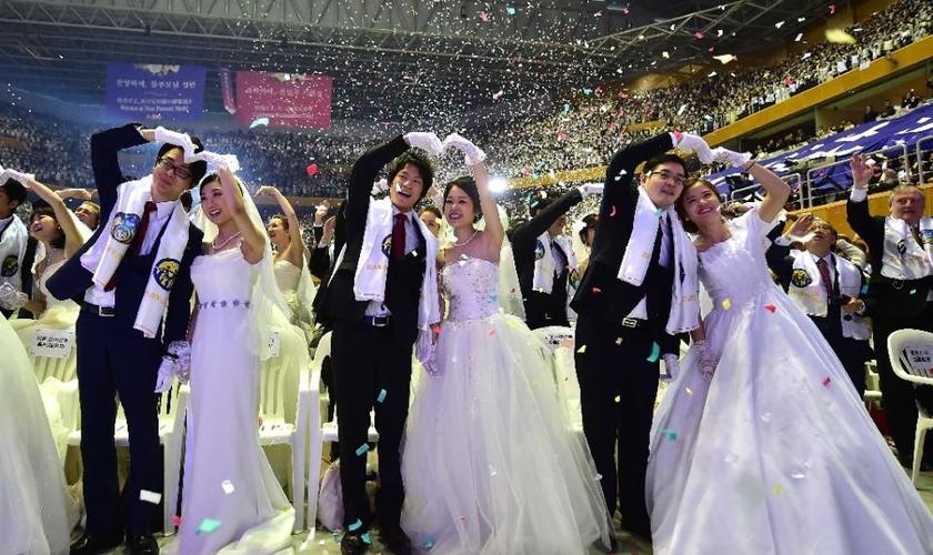 Os casamentos coletivos, muitas vezes realizados em estádios com milhares de casais, têm sido uma característica marcante da igreja fundada por Moon. (Foto: AFP Photo/Jung Yeon-Je)