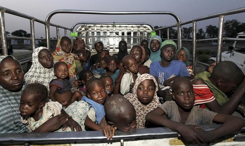 Crianças e mulheres resgatadas do domínio do Boko Haram (Foto: Reuters)