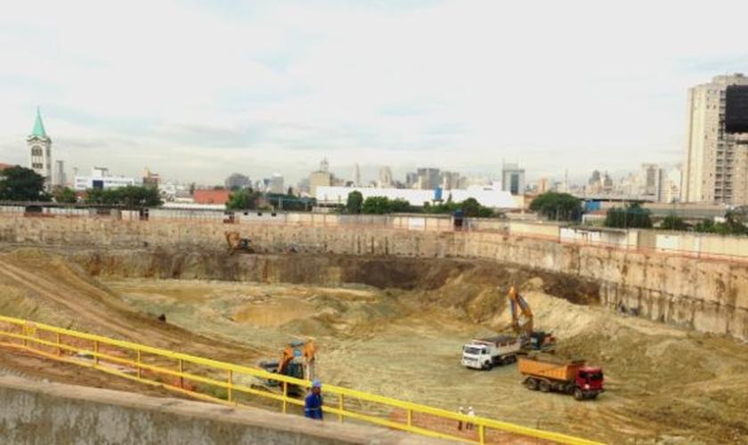 Hoje, caminhões passam o dia tirando terra de um terreno de 29 mil m², o equivalente a três campos de futebol. (Foto: Felipe Souza/ BBC Brasil)