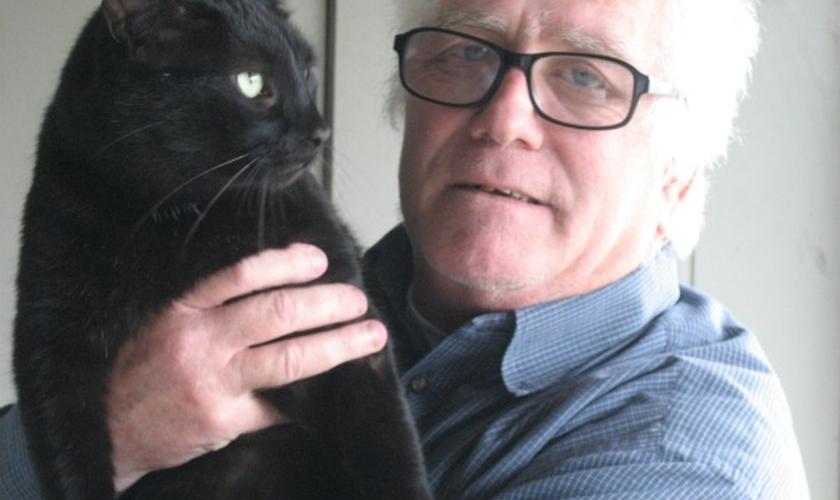 Patrick Greene e seu gato, Big Boy, posando para câmera. Foto: Reprodução.