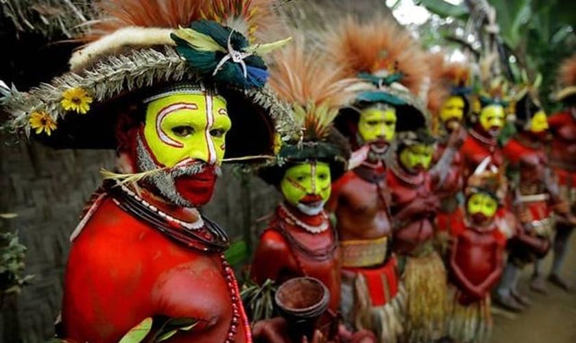 Apesar do difícil acesso de missionários à região o povo de Papua Guiné sinceramente busca a verdade em meio à incerteza da morte e da vida após a morte. (Foto: Sapo.mz)