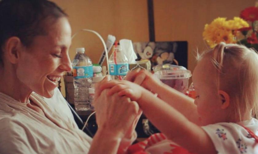 Já em estado avançado da doença, Joey Feek brinca com a filha mais nova em sua cama. (Foto: Instagram - RoryAndJoey)