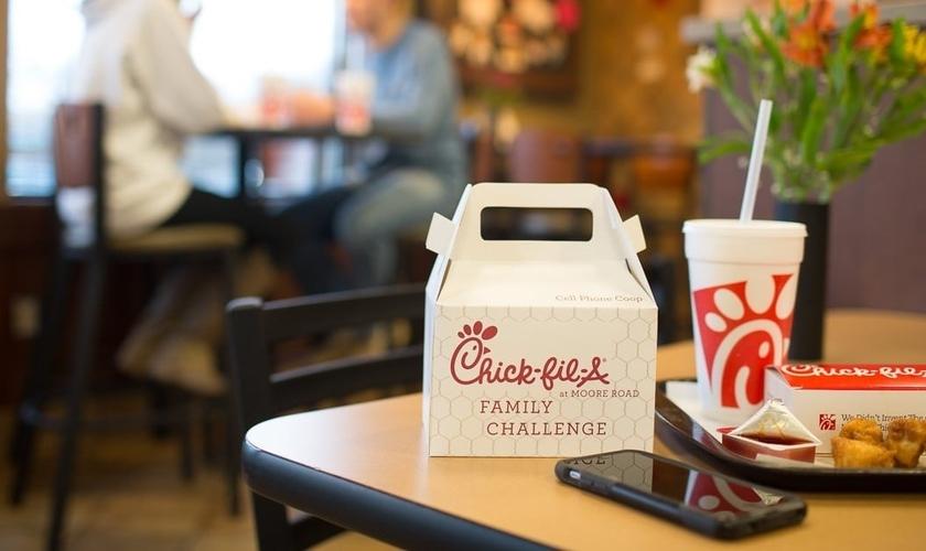 Nas lanchonetes da rede norte-americana 'Chick Fil-A', se os clientes conseguirem passar todo o tempo da refeição sem usar seus telefones, são então recompensados com um sorvete grátis. (Foto: Forbes)