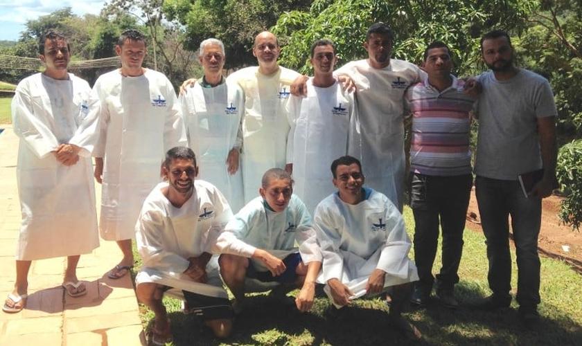 Irmãos que se batizaram na Lagoinha amazonas. Foto: Imagem de arquivo.