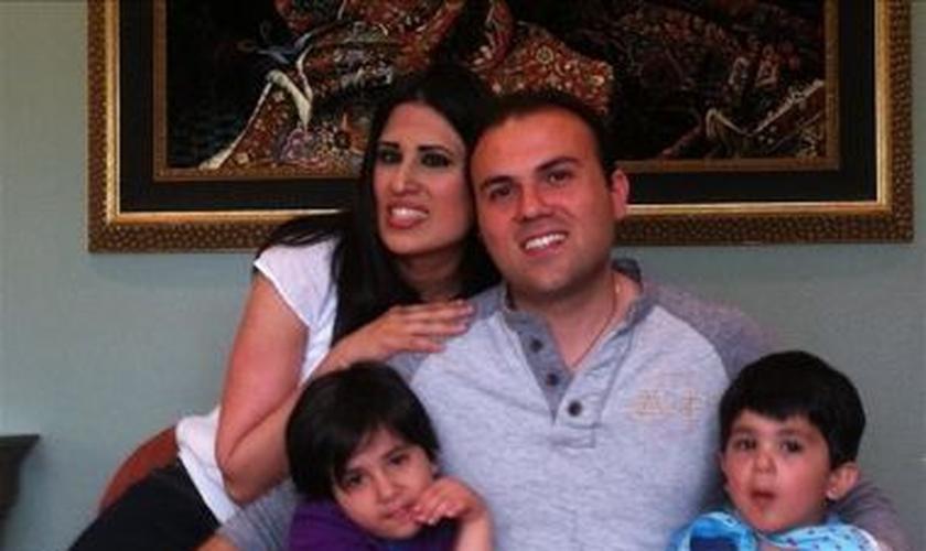 Pastor Saeed Abedini com sua esposa Naghmeh e seus dois filhos pequenos em uma foto de família sem data. Foto: Reprodução.