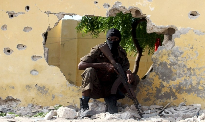 Soldado Somali se posiciona no local onde ocorreu um atentado suicida (Foto: Feisal Omar / Reuters)