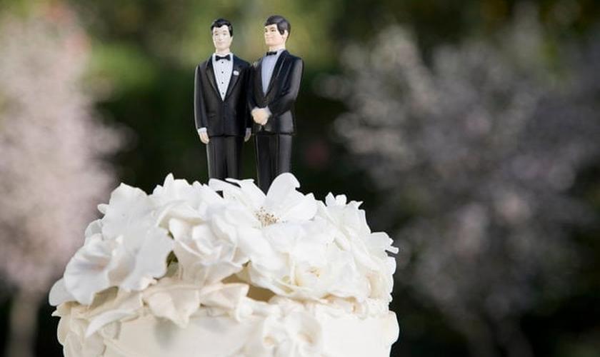 Topo de bolo exposto em um casamento entre pessoas do mesmo sexo. (Foto: Huffington Post)