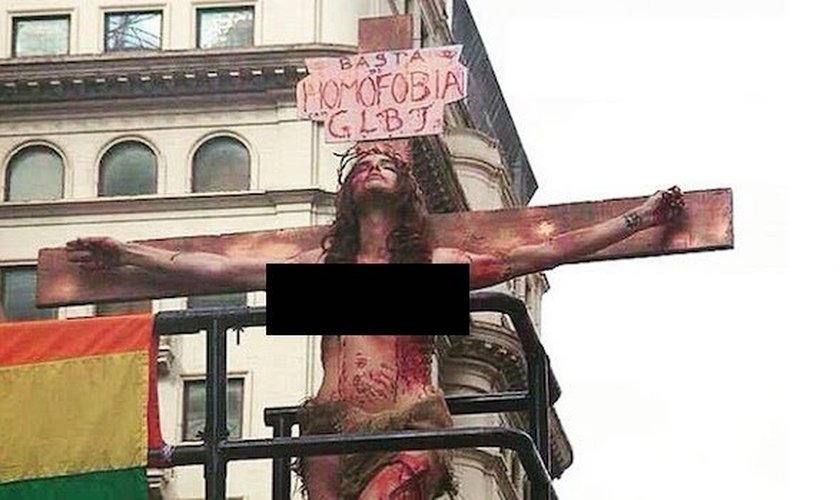Transexual Viviany Beleboni fez uma atuação durante a parada gay de 2014, na qual aparecia crucificada (Foto: CNBB)