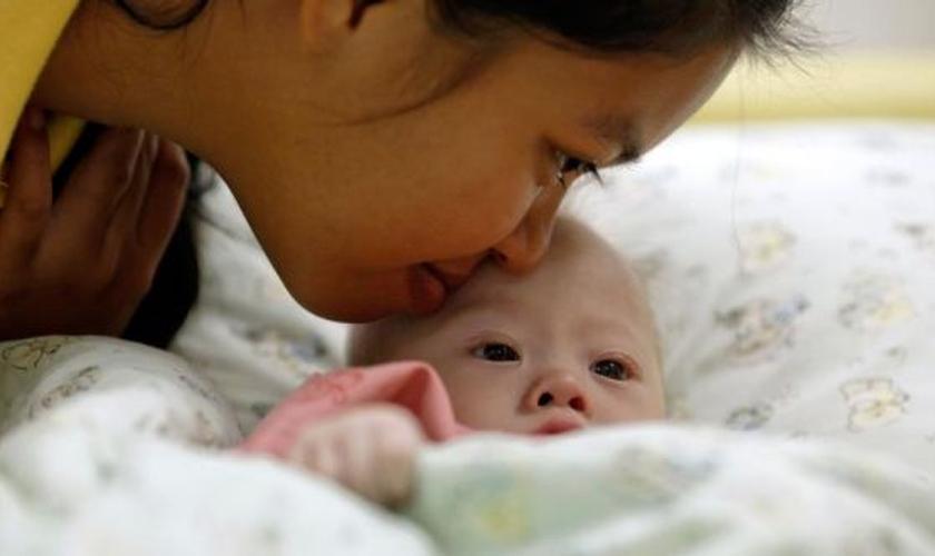 Gammy, um bebê com Síndrome de Down, ganha um beijo de sua mãe, Pattaramon Janbua, em um hospital de Chonburi / China (Foto: Damir Sagolj / Reuters)