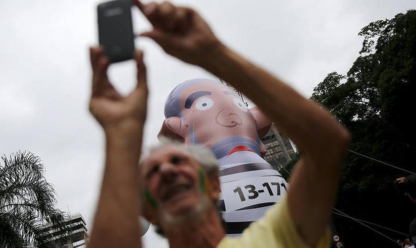 Manifestantes estendem grande faixa, pedindo pelo Impeachment da Presidente Dilma Rousseff