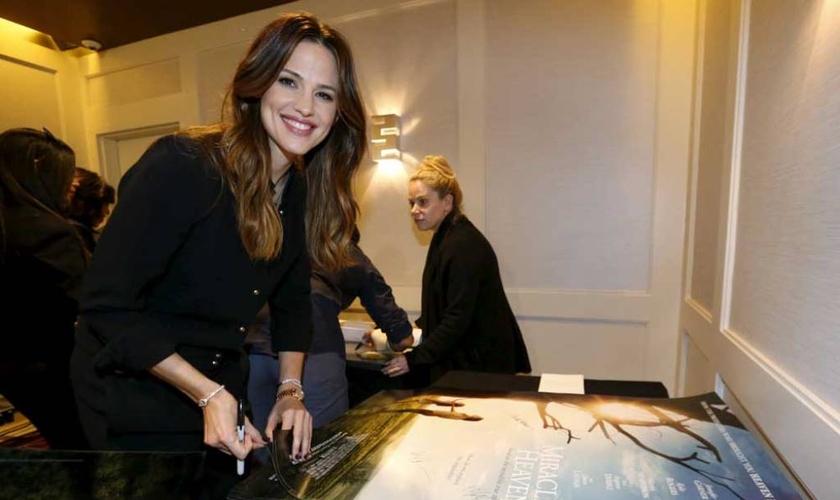 """Jennifer Garner autografa cartazes para o filme """"Milagre do Paraíso"""", em West Hollywood, California no dia 04 de março de 2016. (Foto: Reuters/Mario Anzuoni)."""