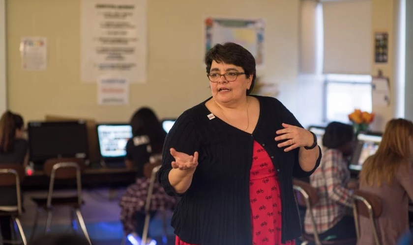 Professora Victoria Tomasheski durante aula de computação em uma escola pública de Cleveland, em Ohio. (Foto: Dustin Franz/The Washington Post)