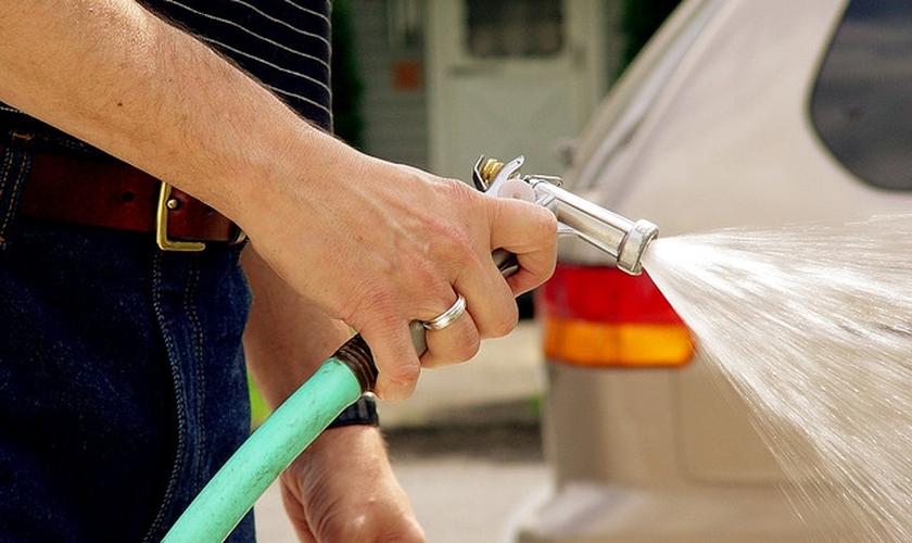 Homem usa água para lavar carro. (Imagem: Pensamento Verde)