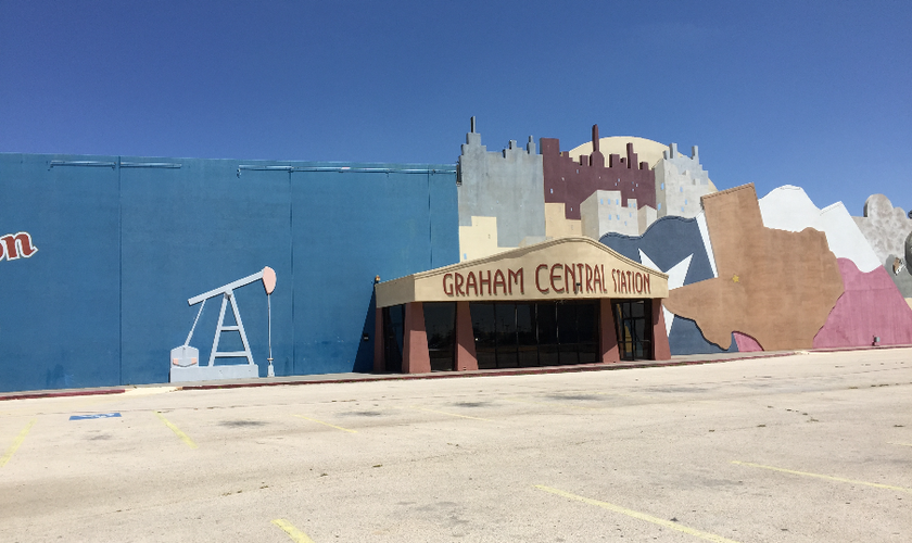 """Fachada do antigo bar """"Graham Central Station"""", em Odessa. A estrutura será completamente demolida para dar lugar à construção do novo templo da igreja 'Stonegate Fellowship' (Foto: Arquivo Pessoal / David McReynolds)"""