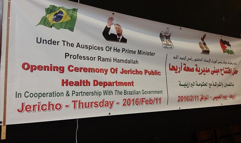 Faixa exposta na inauguração do Hospital financiado pelo governo brasileiro na Palestina. (Foto: Itamaraty)