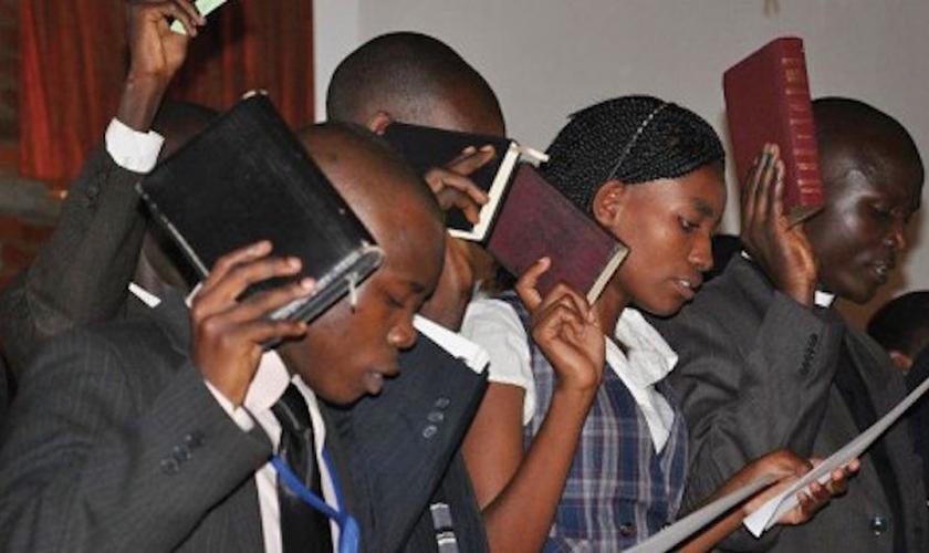 Jovens cristãos participam de culto em igreja de Uganda. (Foto: Morning Star)
