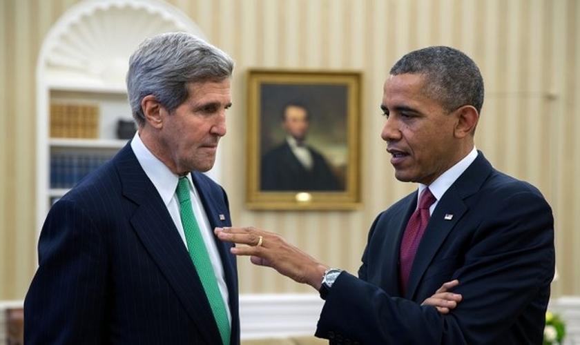 John Kerry (à esquerda) é o Secretário de Estado nomeado pelo presidente Barack Obama (à direita). Ambos têm sido pressionados para se posicionar sobre o genocídio que os cristãos estão sofrendo no Oriente Médio. (Foto: Casa Branca)