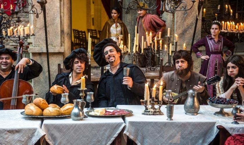 Marcelo Adnet (ao centro) e outros atores do 'Tá no Ar', durante a gravação do clipe 'Já Tive Teses'. A paródia satirizou a história de Martinho Lutero. (Renato Rocha Miranda / TV Globo)