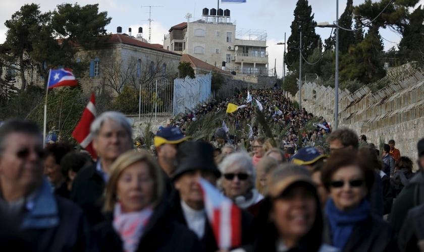 Católicos participam de procissão durante o Domingo de Ramos, no Monte das Oliveiras. (Foto: Amir Cohen / Reuters)