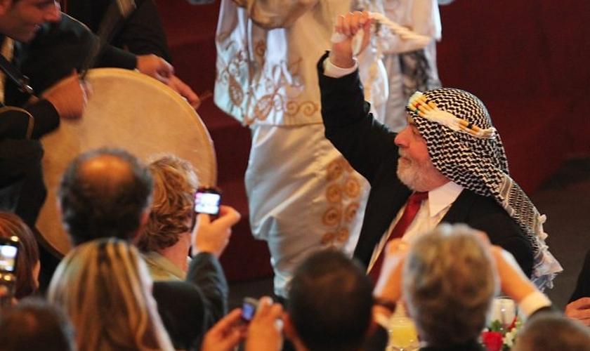 Lula fantasiado durante homenagem de empresários árabes. (Foto: Reprodução)