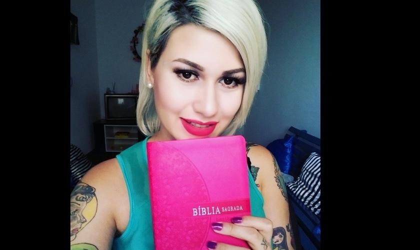 """Sara Winter tira selfie com sua Bíblia rosa: """"Uma leitura no livro sagrado antes de dormir"""" (Foto: Facebook)"""