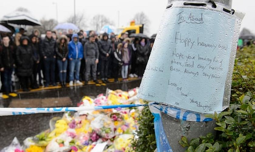 Mensagem da filha de Asad Shah, na parte de fora de sua loja em Glasgow, na Escócia. (Foto: Reprodução/The Telegraph)
