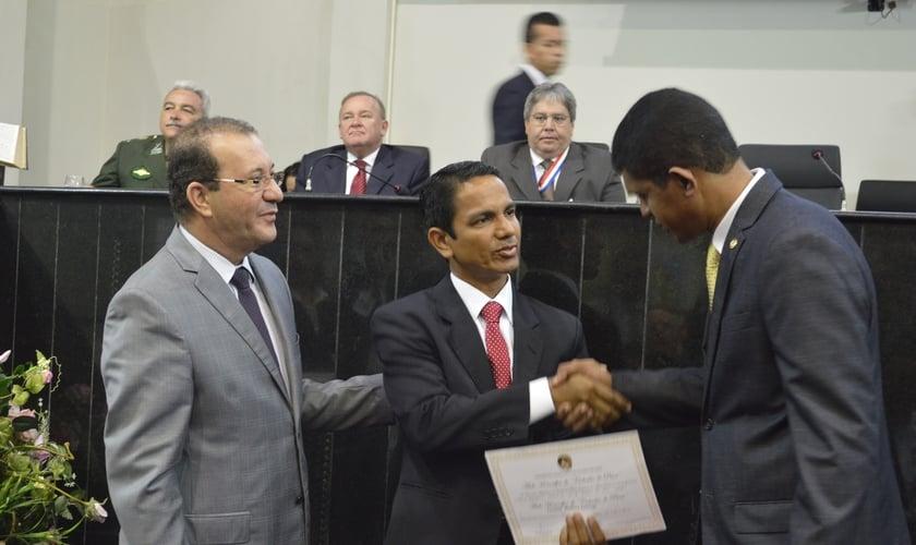 O deputado Márcio Miranda (Presidente da Câmara), pastor Leonino Santiago e o deputado Jaques Neves no momento da entrega do certificado. (Foto: Bruno Thiago)