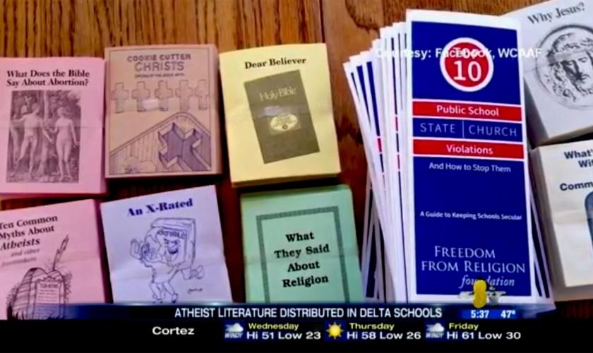 Livretos e panfletos que pregam o ateísmo sendo expostos no Distrito Escolar Delta, no Colorado. (Imagem: Facebook / WCAAF)