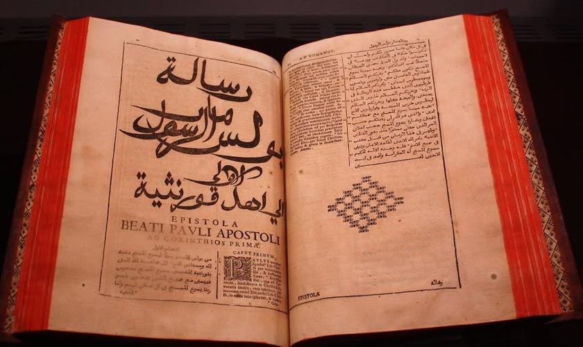 No início de 2015, foi lançada a tradução bíblica árabe. (Foto: Reprodução).
