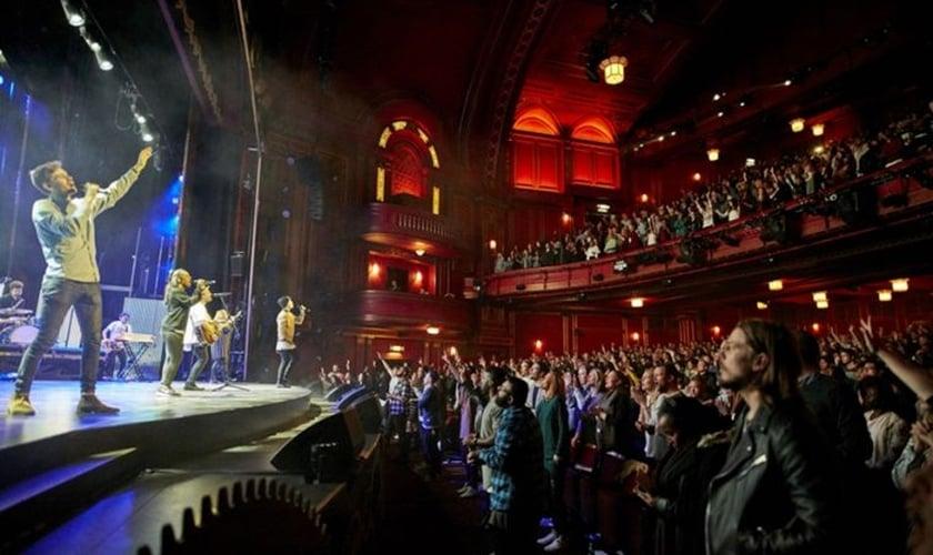 A Hillsong Church de Londres realiza quatro cultos todos os domingos, com a participação de 8 mil pessoas no teatro Dominion. (Foto: Hillsong Church Londres)