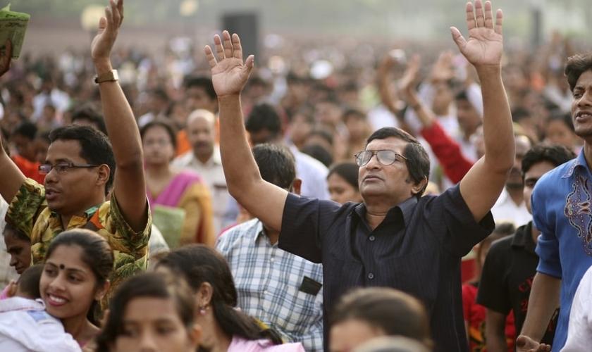 Cristãos oram durante um evento,  em Dhaka, Bangladesh. (Foto: Reuters)
