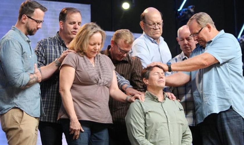 Danny Duchene recebe oração de Rick Warren e outros pastores da Igreja Saddleback. (Foto: Saddleback Church)