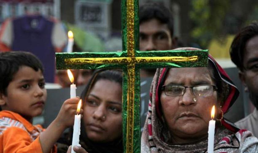 Paquistaneses lamentam a morte de parentes após ataque terrorista, durante a Páscoa em Lahore. (Foto: Washington Post)