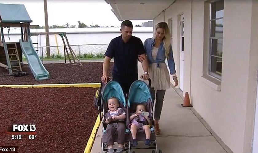 Pastor Stewart e sua esposa, com os dois bebês adotados. (Imagem: Reprodução / Fox)