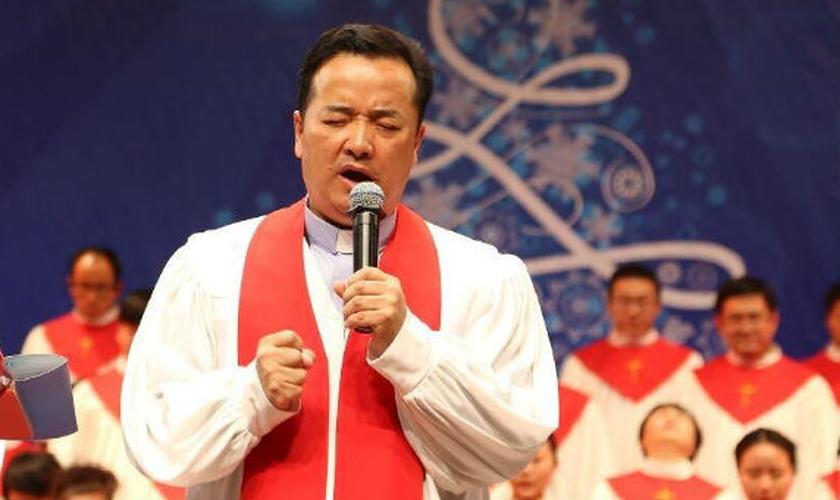 Pastor Gu Yuese liderou a Igreja Chongyi - sancionada pelo Estado e uma das maiores da China - mas foi preso e posteriormente demitido, após protestar contra a remoção de cruzes das igrejas, ordenada pelo Partido Comunista. (Imagem: Facebook)
