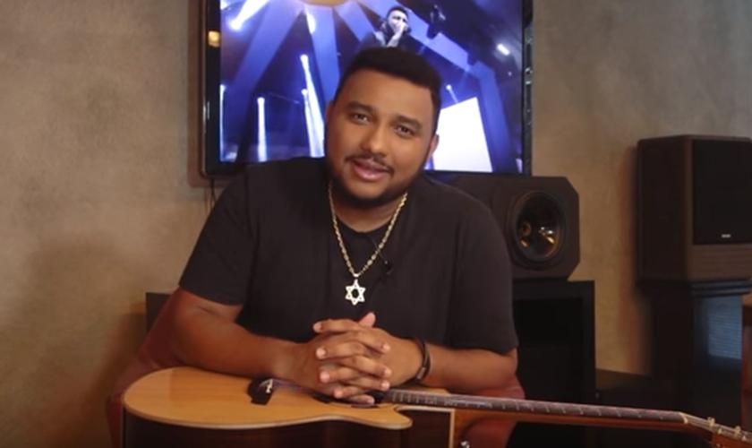 """O cantor inicia falando da canção """"Amor de Pai"""" que é uma das canções mais especiais que ele já compôs. (Foto: Reprodução/YouTube)."""