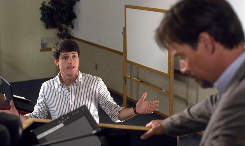"""Um exemplo conhecido por causa do cinema é o do jovem cristão Josh Wheaton (Shane Harper) que enfrentou seu professor ateu em """"Deus Não Está Morto"""". (Foto: Divulgação)."""