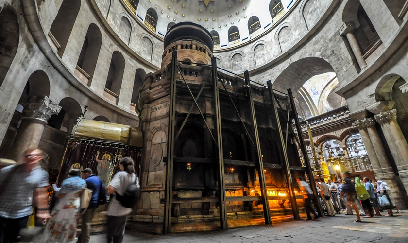 Estrutura que envolve o local onde acredita-se ter sido o túmulo de Jesus Cristo, na Igreja do Santo Sepulcro. (Foto: AP)