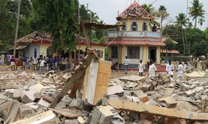 O incêndio no templo 'Puttingal Devi' foi causado por uma queima de fogos de artifício. (Foto: Reuters)