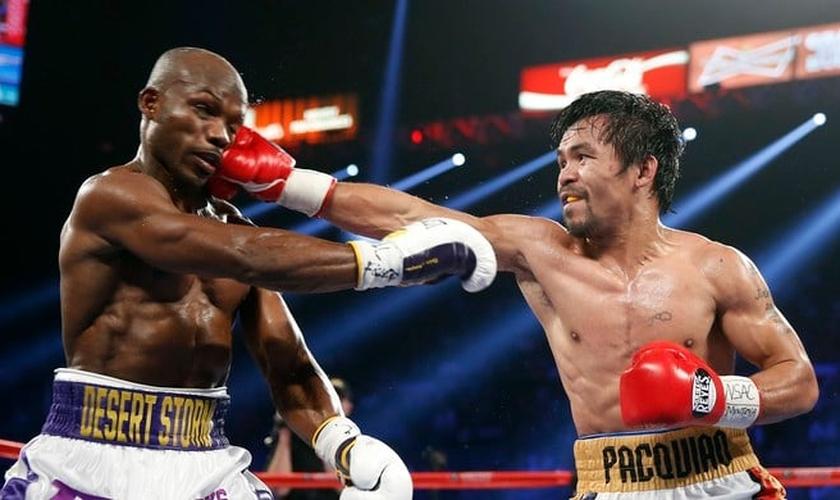 Manny Pacquiao (à esquerda) começou sequência de socos em Timothy Bradley no sétimo round. (Foto: AP/Isaac Brekken)
