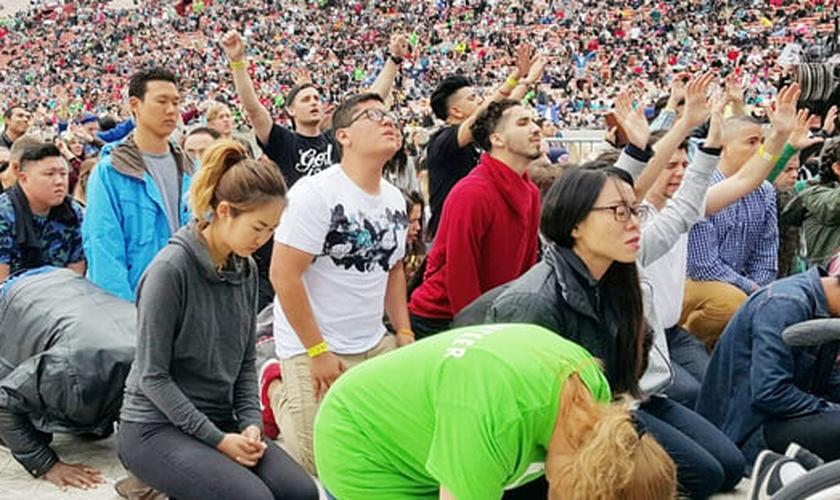 Com os assentos do estádio já lotados, dezenas de milhares de pessoas continuaram a encher o espaço em frente ao palco. (Foto: Christianity Today)
