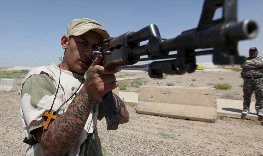 Guerreiro cristão, integrante da da Brigada Babylon, aponta arma durante treino no Iraque. (Foto: Reuters)