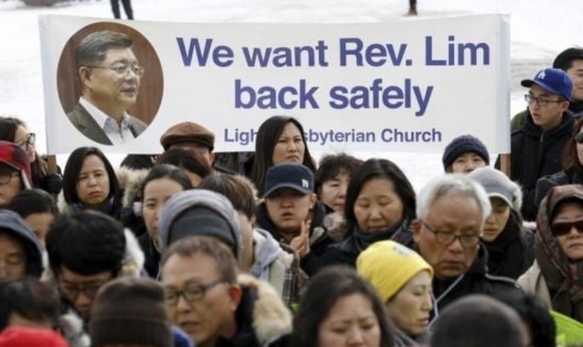Familiares e amigos do Rev. Soo Lim protestam, clamando pela volta do líder cristão. (Foto: Reuters)