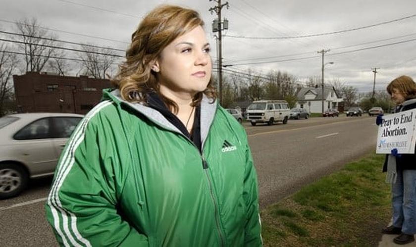 Abby Johnson deixou a diretoria regional da Planned Parenthood em 2009, após acompanhar ao vivo pelo ultrassom, um bebê lutando por sua vida, durante um processo abortivo. (Foto: Epic Pew)
