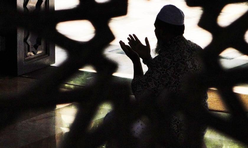 Muçulmano orando de joelhos. (Imagem: Pinterest)