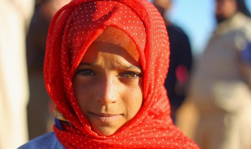 Garota posa para foto em um campo de refugiados internos na Síria. (Foto: Ammar Abdullah / Reuters)