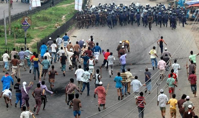 Os comentários de Hasin sobre as crenças religiosas de seu pai ajudaram a polícia de Bangladesh. (Foto: Reuters).