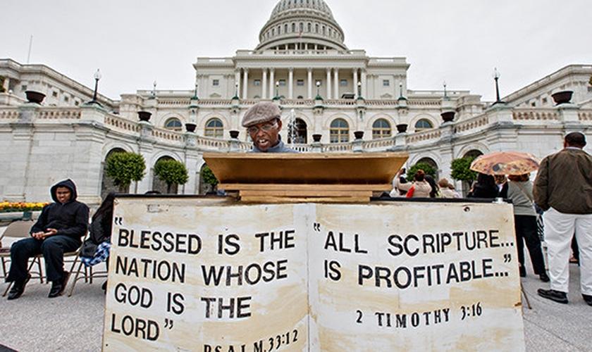 Homem participa de maratona de leitura bíblica, em frente ao prédio do governo, em Washington. (Foto: Politico_