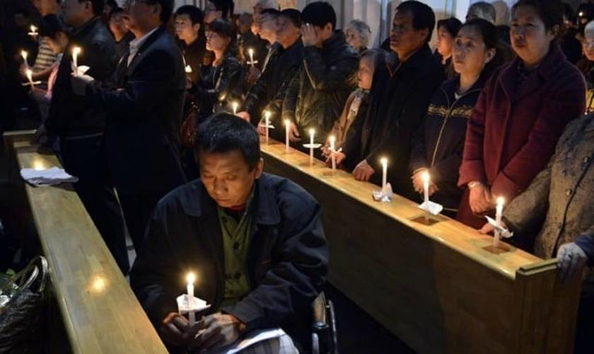 Cristãos chineses têm sofrido intensa perseguição do Partido Comunista, que tem ordenado a remoção de cruzes e até mesmo a demolição de diversas igrejas. (Foto: Reuters)