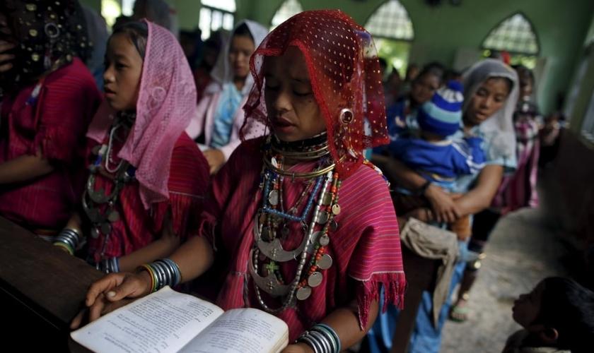 Grupo étnico participa participa de cerimônia cristã em uma igreja de Mianmar. (Foto: Reuters)